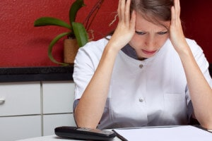 schwester mit burnout und kopfschmerz